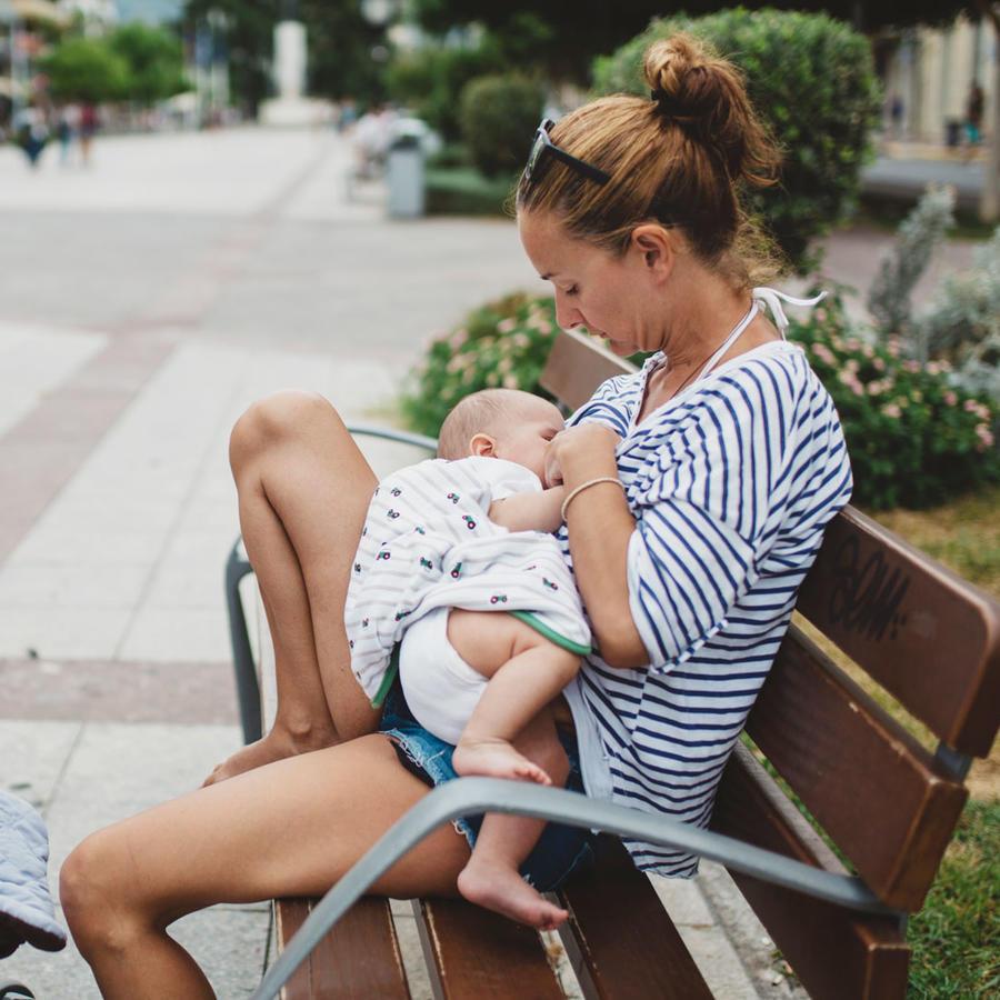 Mujer amamantando bebé
