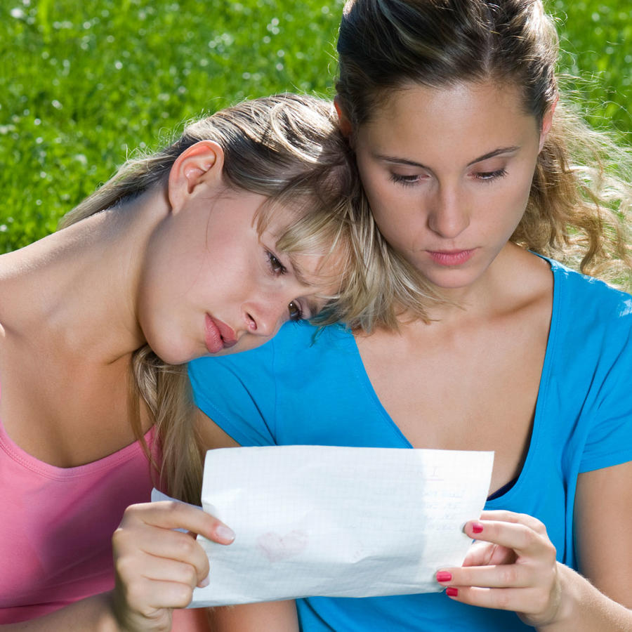 Hermanas leyendo carta