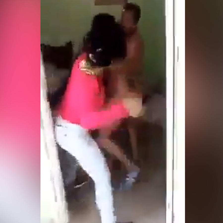Mujer descubre a su esposo y su amante
