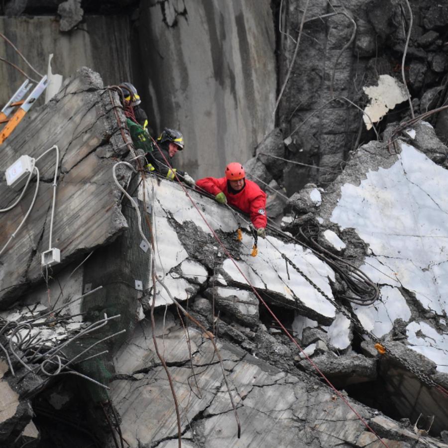 Rescatistas trabajan después de que un puente de una autopista se derrumbara este martes en Génova.