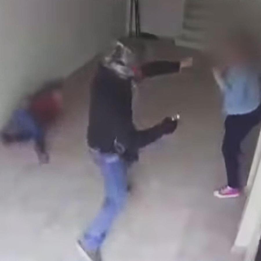 Ladrón apunta a niña