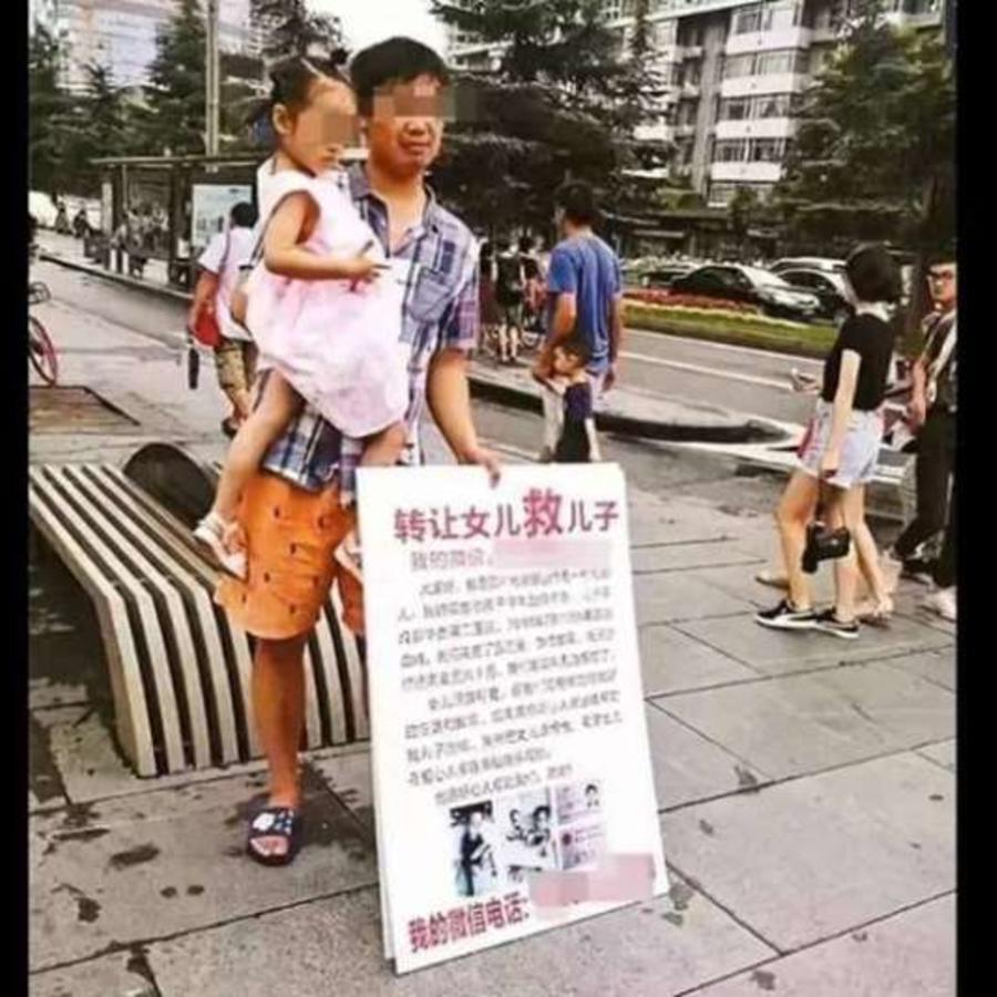 Padres intentando vender a su hija