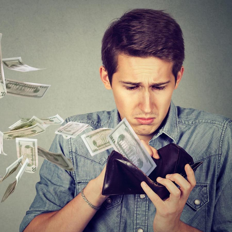 Hombre perdiendo dinero