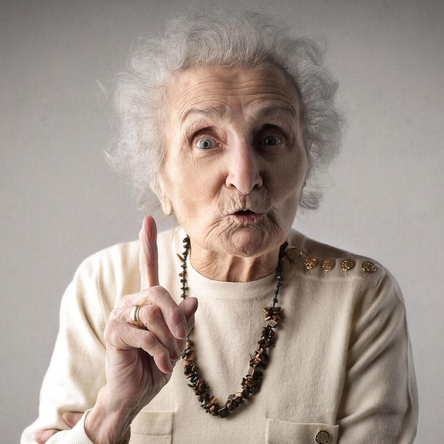 Abuela señalando con dedo