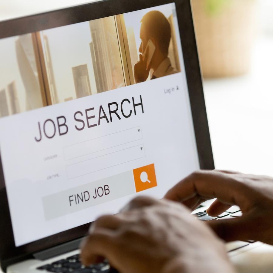 Hombre usando computadora para buscar trabajo