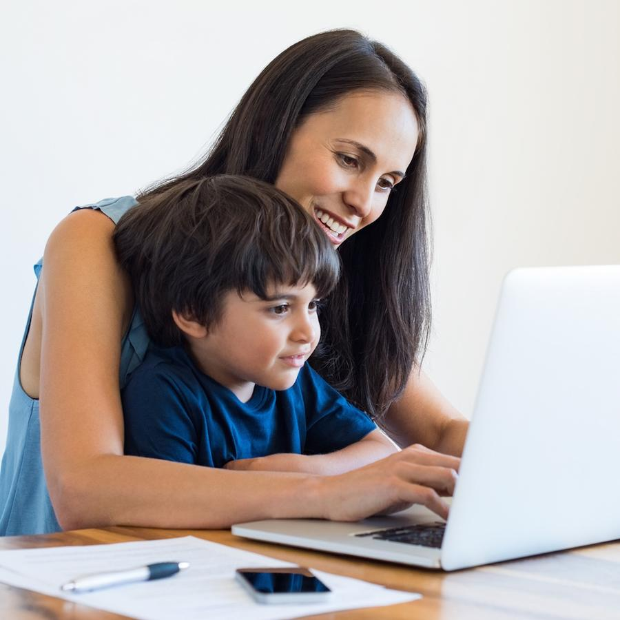 Madre con hijo usando computadora