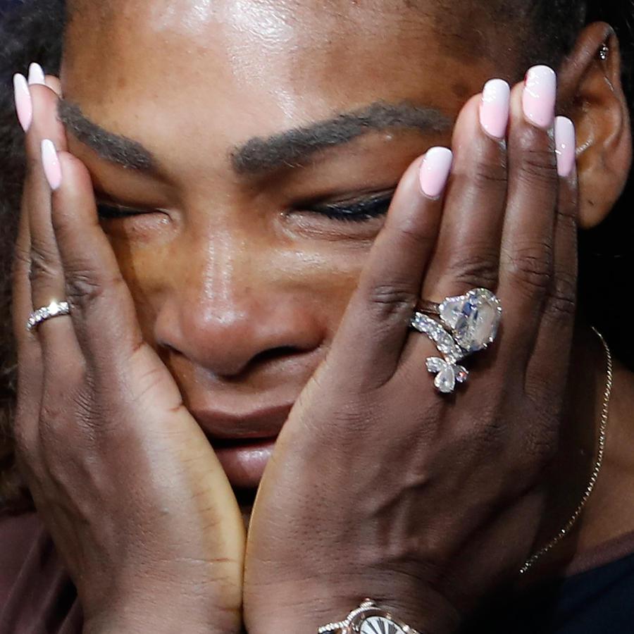 Serena Williams llora desconsolada ante su derrota en el Grand Slam de Nueva York hoy