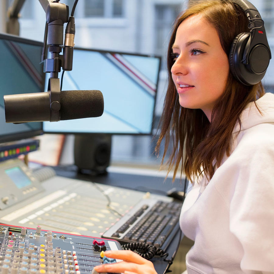 Chica joven trabajando como DJ de radio