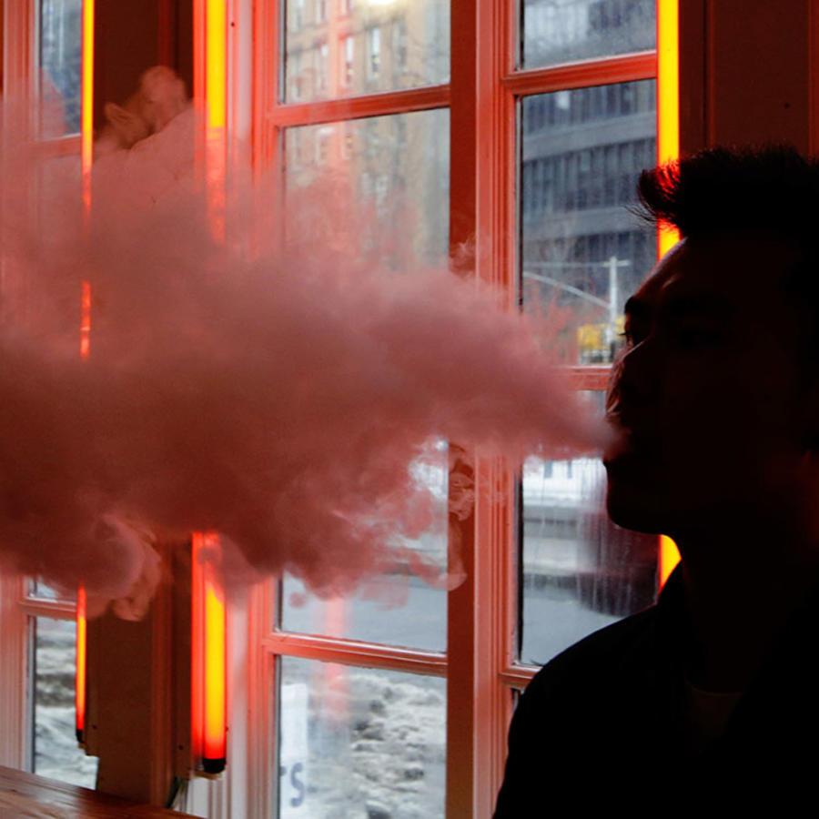 Un cliente prueba un cigarrillo electrónico en una tienda en Nueva York.