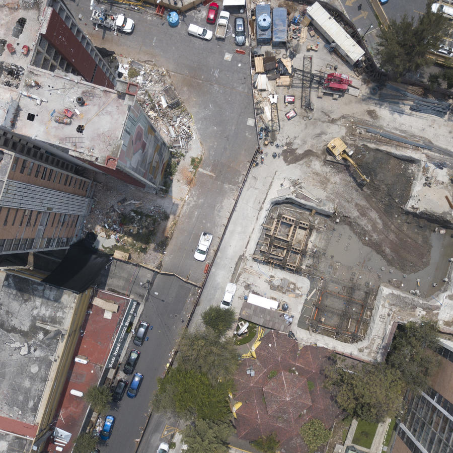En esta imagen aérea, tomada el 7 de septiembre de 2018, vista de los trabajos de demolición de uno de los dos edificios de departamentos de 15 plantas que sufrieron importantes daños tras un sismo de magnitud 7,1, mientras el otro inmueble, a la derecha,
