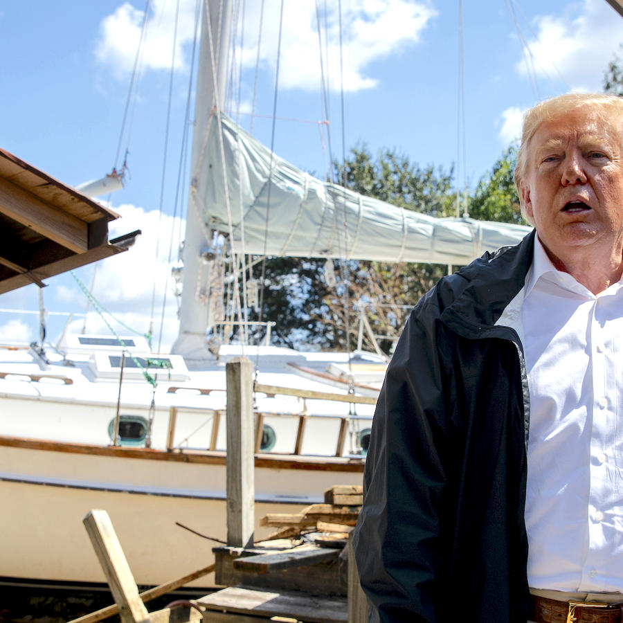 Trump, frente a una casa dañada por un barco arrastrado por la tormenta, este miércoles en New Bern (Carolina del Norte).