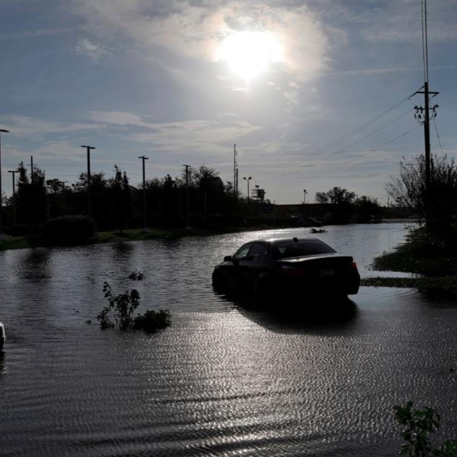 Vehículos varados en ls inundaciones tras el paso de Florence en Wilmington, Carolina del Norte.