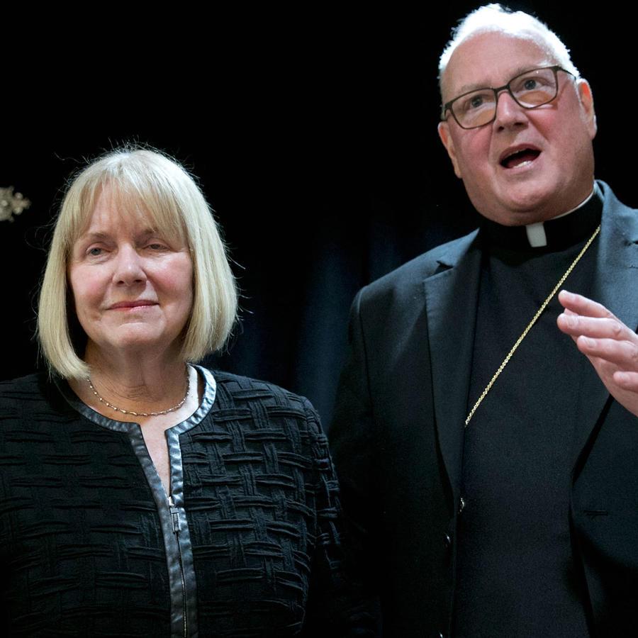 Cardenal de la arqudiócesis de Nueva York, Timothy Dolan, junto a la jueza Barbara Jones que se encargará de revisar los protocolos conducidos pora casos de abusos sexuales