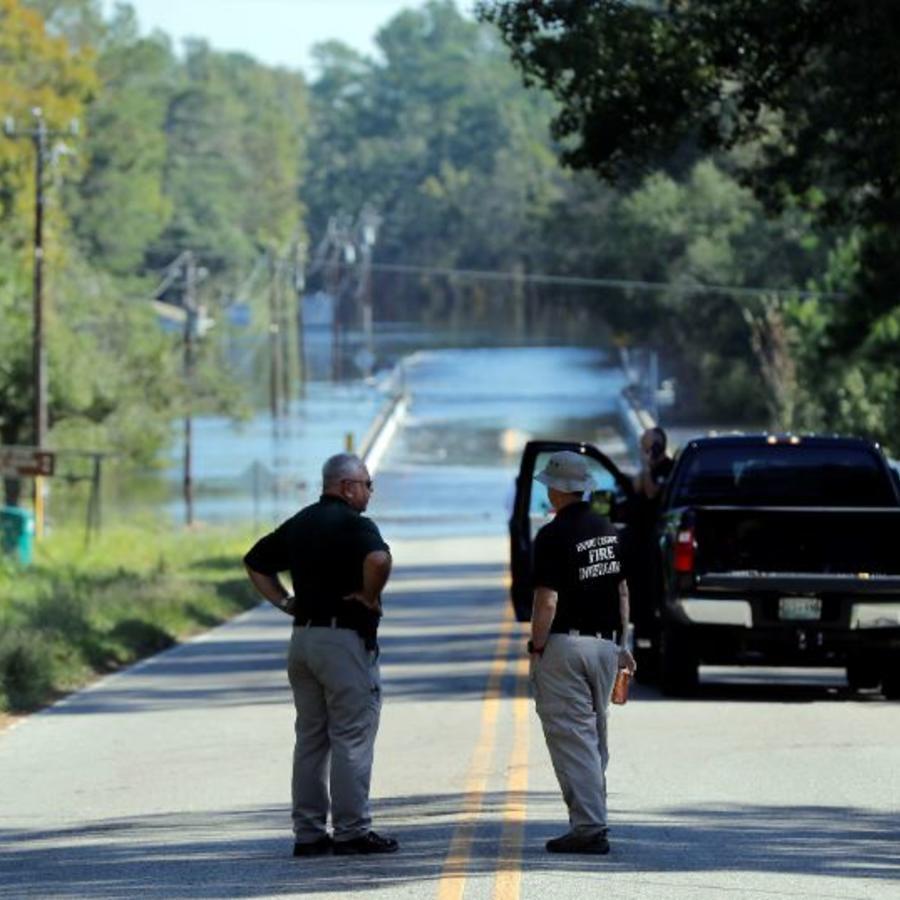 Autoridades cerca del lugar donde dos personas han muerto ahogadas en camioneta del sheriff del condado de Horry.