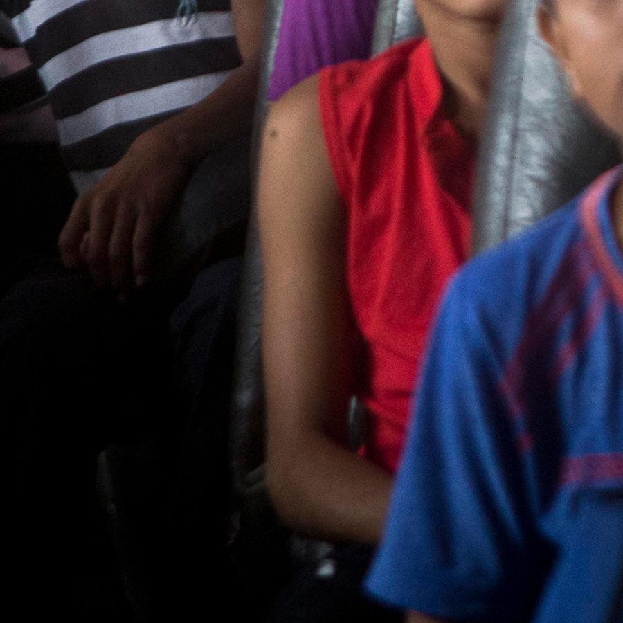 Foto de archivo de niños en un bus en Honduras