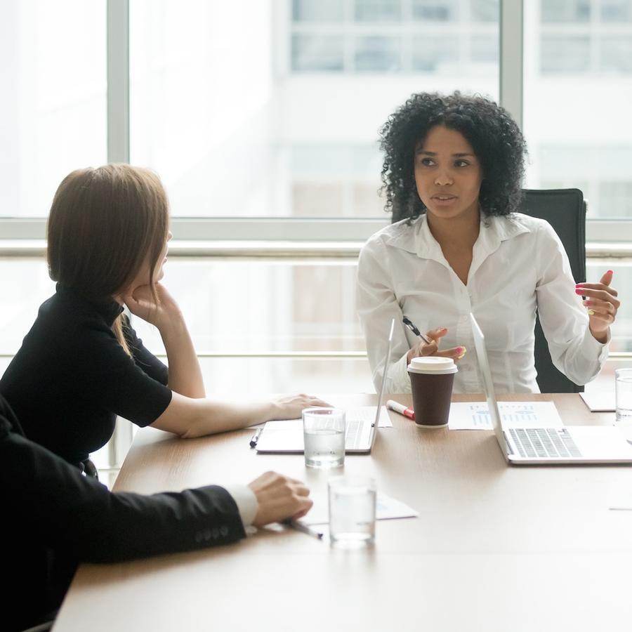 Mujer hablando en reunión de negocios