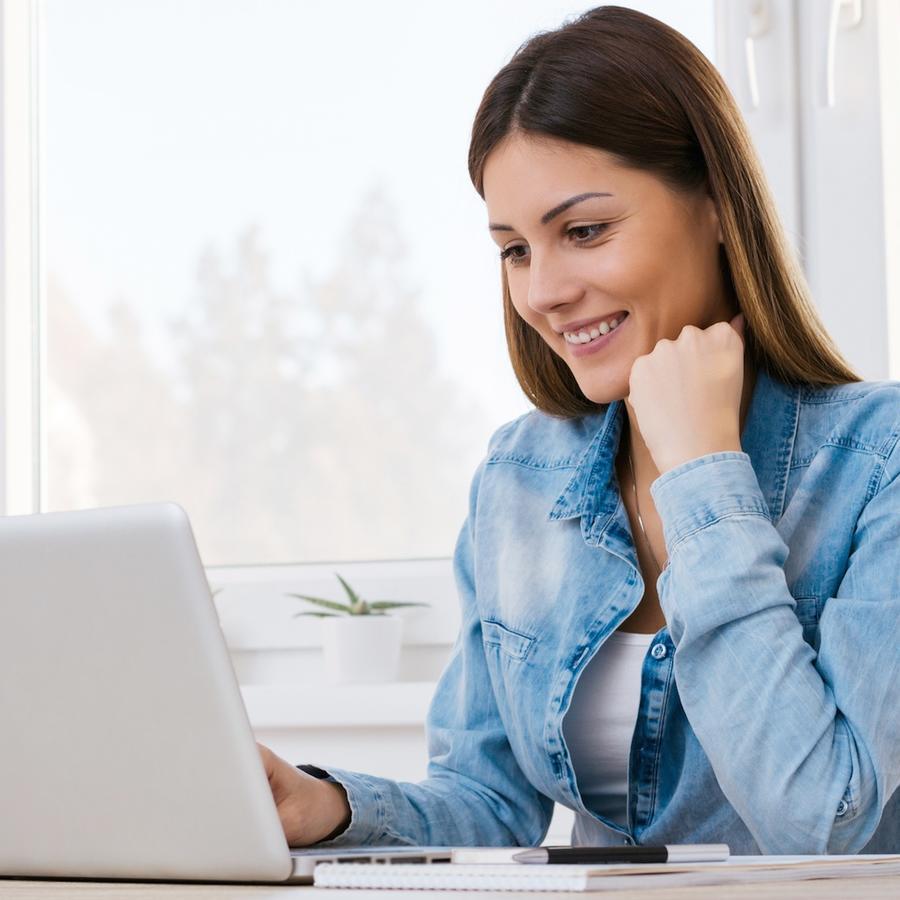 Mujer sonriente usando su computadora