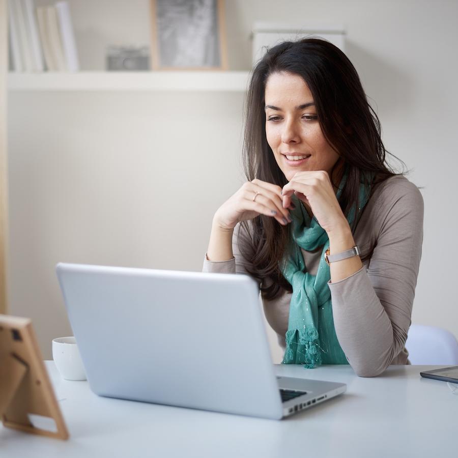 Mujer trabajando desde su casa