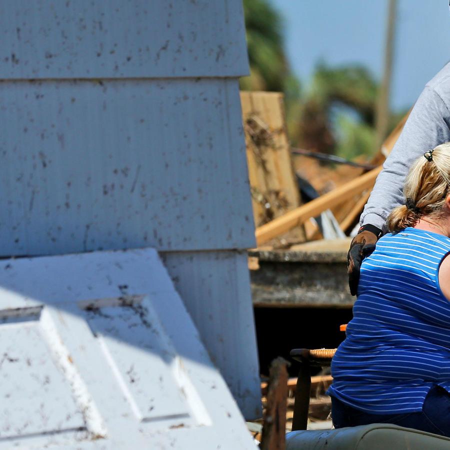 Un rescatista consuela a una mujer afectada por el huracán Michael