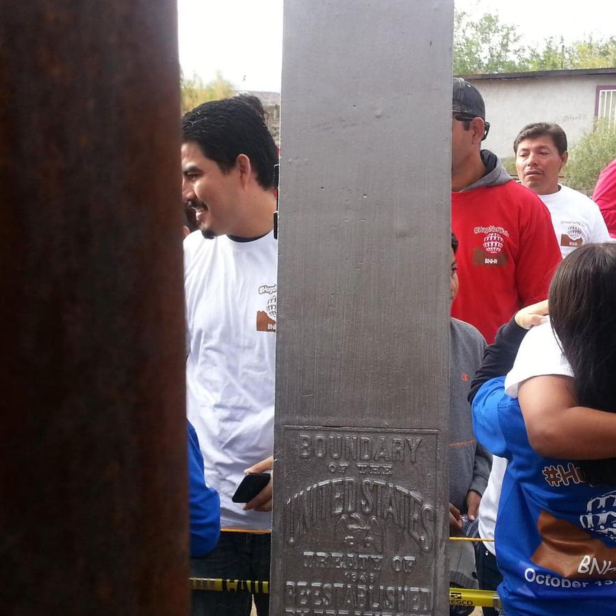 Familias mexicanas se reunieron hoy con los suyos en la frontera durante pocos minutos