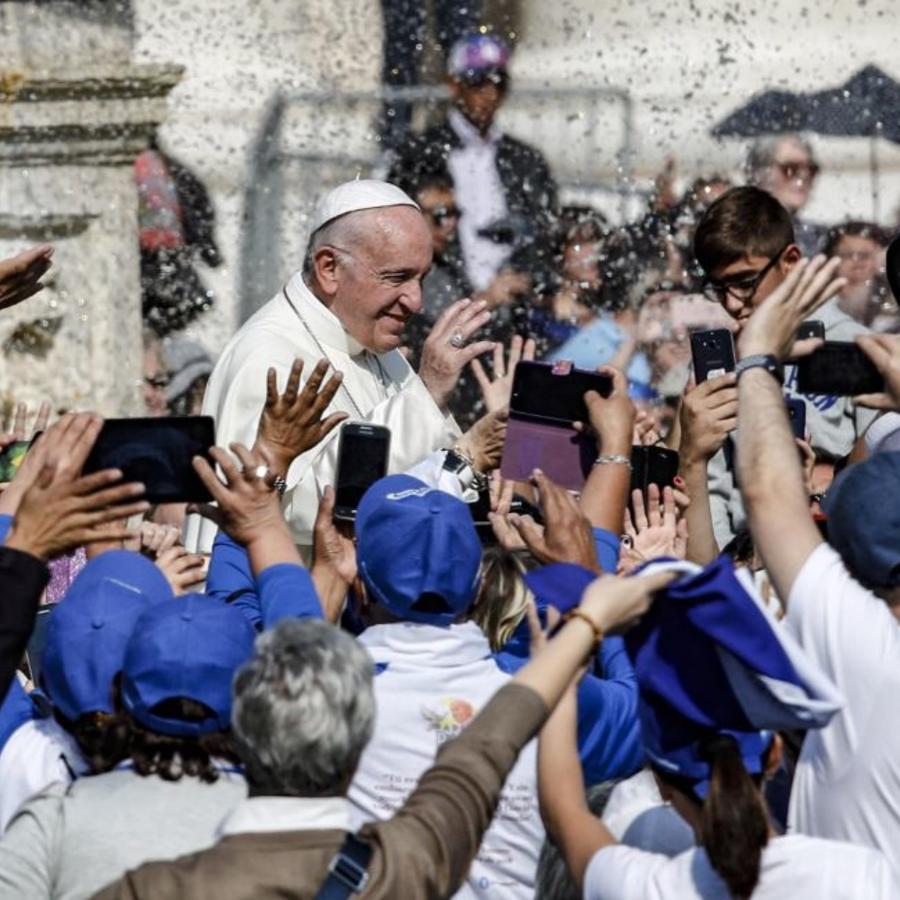 El Papa Francisco saluda a los fieles en la misa de canonización del papa Pablo VI, el arzobispo salvadoreño Óscar Romero y otros cinco en el Vaticano