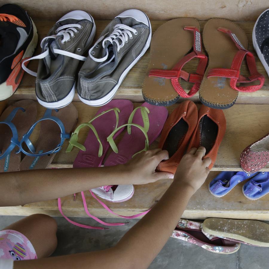 Víctima infantil de explotación sexual arregla repisa en un refugio
