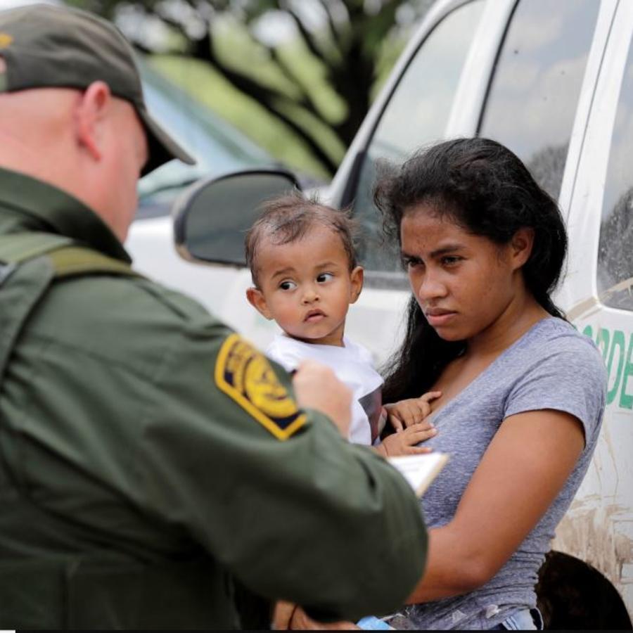 Una madre hondureña y su hijo de 1 año detenida este junio por la Patrulla Fronteriza tras cruzar ilegalmente la frontera cerca de McAllen, Texas.