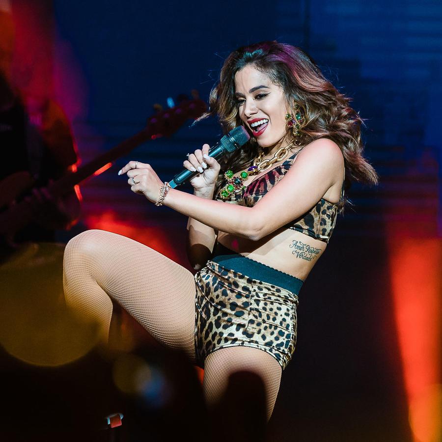 Anitta bailando