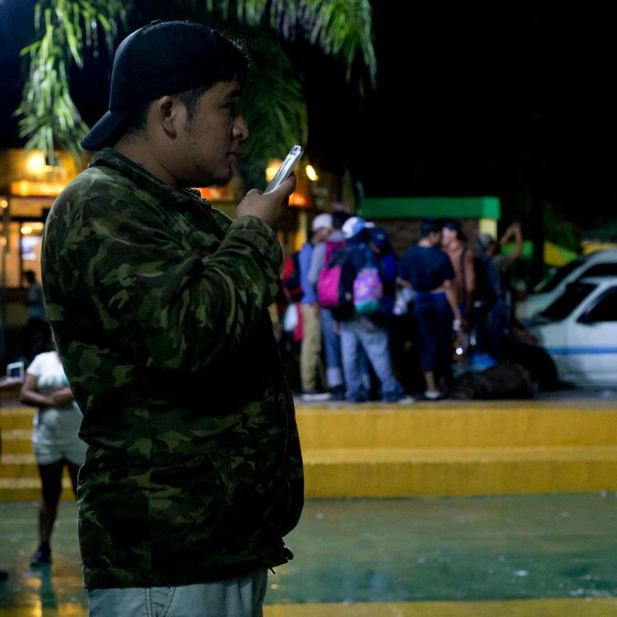Miembros de caravana de hondureños en la frotnera entre México y Guatamala a la espera de entrar en territorio mexicano