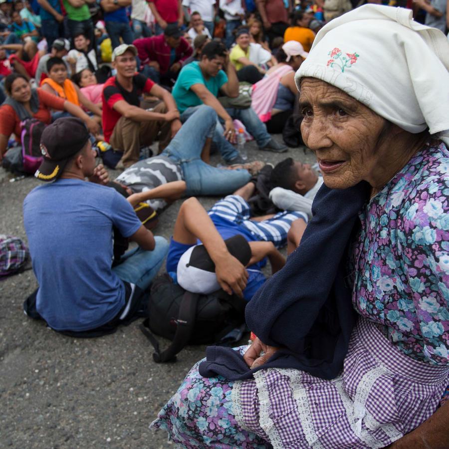 Migrantes varados en la frontera entre Guatemala y Honduras después de ser bloqueados por agentes guatemaltecos