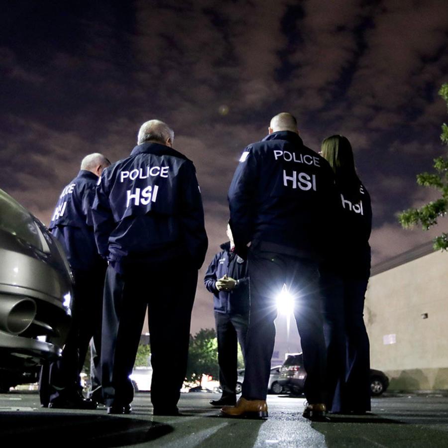 Agentes de Inmigración responden a un llamado en una cafetería en Los Ángeles.