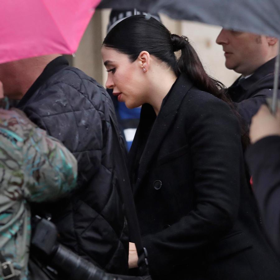 Emma Coronel, esposa de El Chapo Guzmán llega a la corte hoy cuando comienza oficialmente el juicio contra el que fuera el líder del cártel de Sinaloa