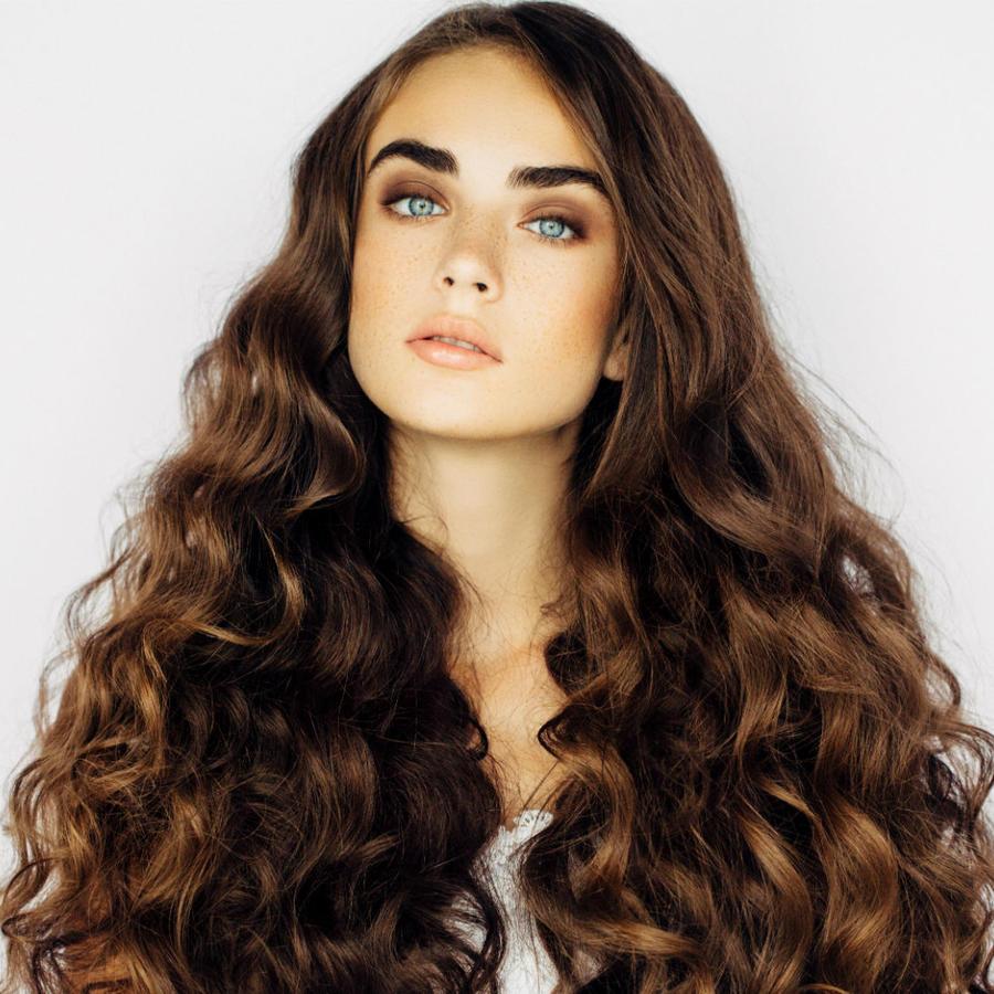 Mujer con el cabello rizado