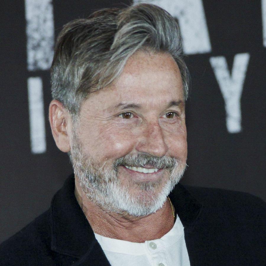 Ricardo Montaner sonríe
