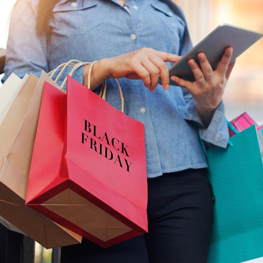 Mujer con compras de Black Friday