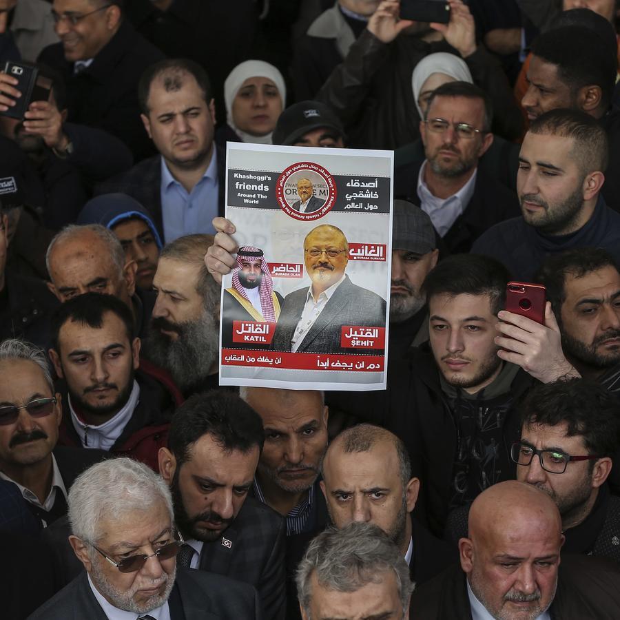cartel que muestra imágenes del príncipe heredero de la corona de Arabia Saudita Muhammed bin Salman y del periodista Jamal Khashoggi