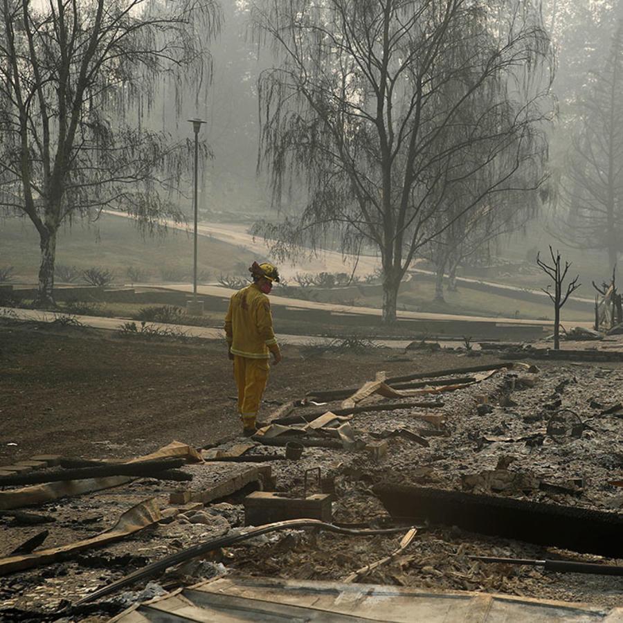 Un bombero busca restos humanos en un parque de casas móviles en Paradise, California.