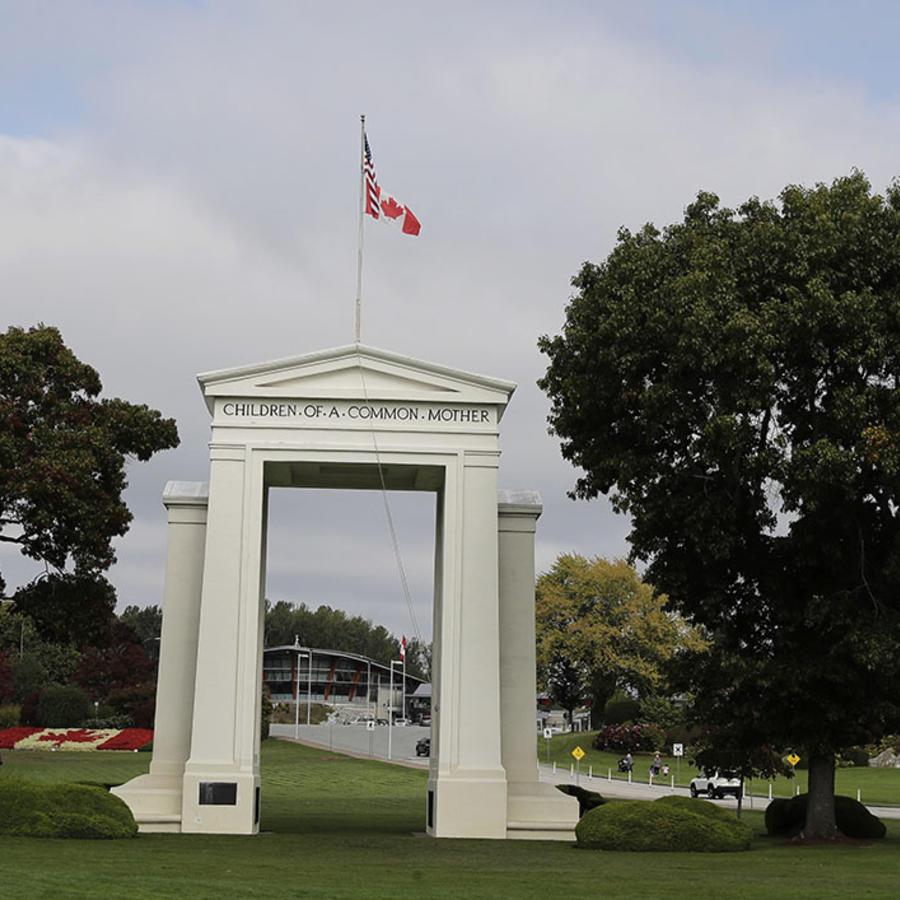 La bandera de Canadá ondea cerca de British Columbia en el monumento Peach Arch, ubicado en el límite entre ese país y Estados Unidos.
