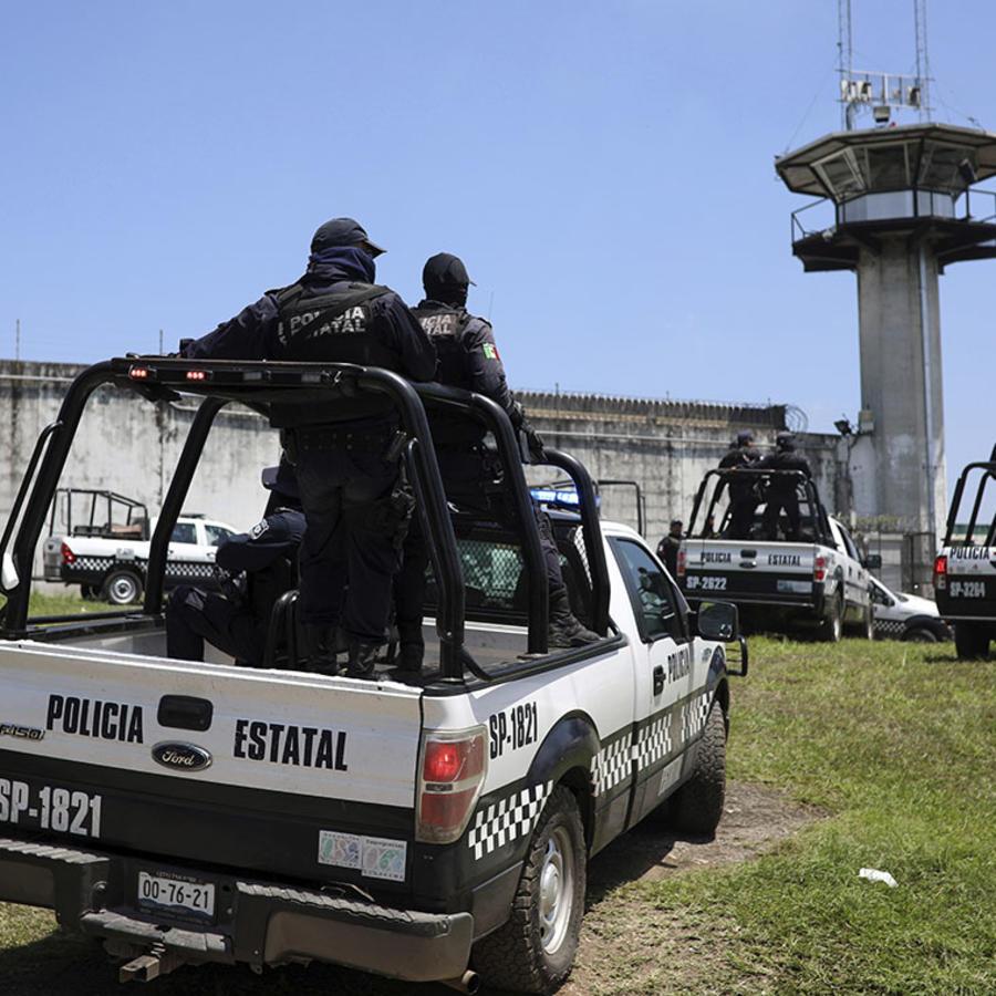 Policías federales esperan fuera de la prisión La Toma, en Amatlan de los Reyes, estado Veracruz, México.