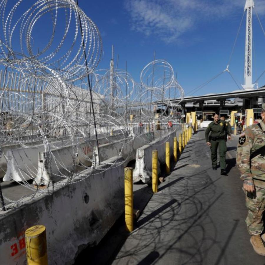 Agentes de la Patrulla Fronteriza de EE. UU. y miembros de las fuerzas militares en la entrada del cruce de San Ysidro el viernes 16 de noviembre de 2018, en San Diego.