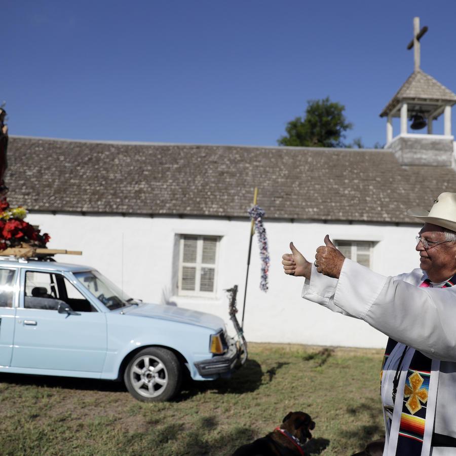 El padre Roy Snipes durante una protesta contra el muro en La Lomita en agosto.