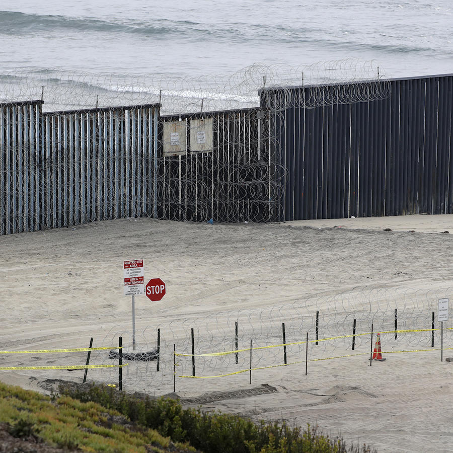 Alambre de espinos recién colocado en la frontera de Tijuana, fotografiado este lunes.