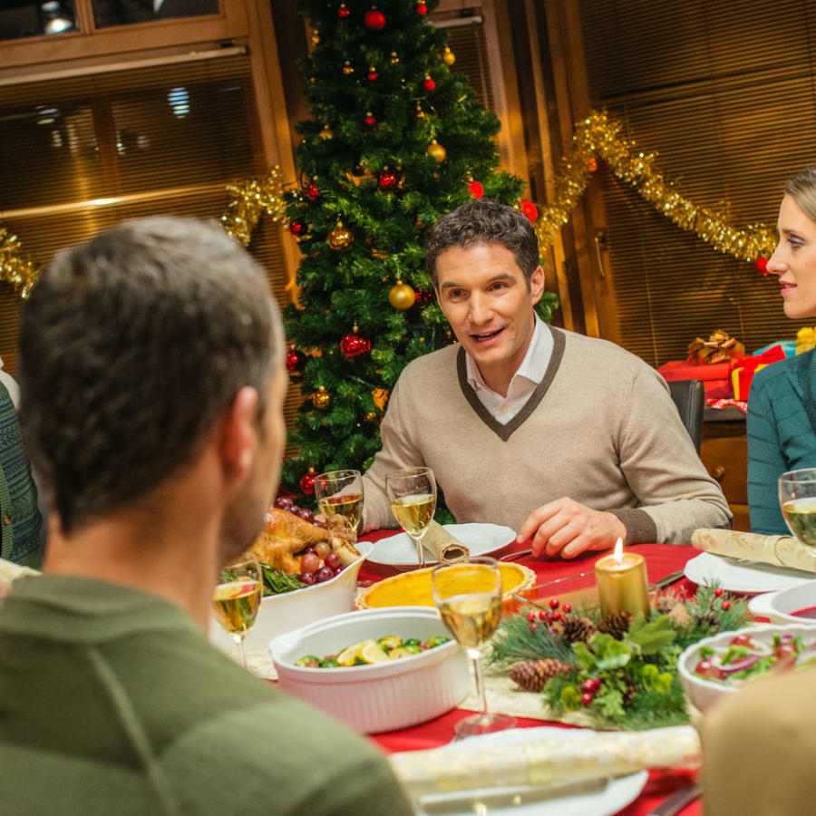 Familia en cena navideña