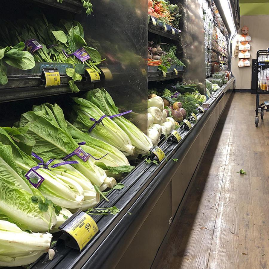 Varias lechugas romanas en una tienda en Simi Valley, California.