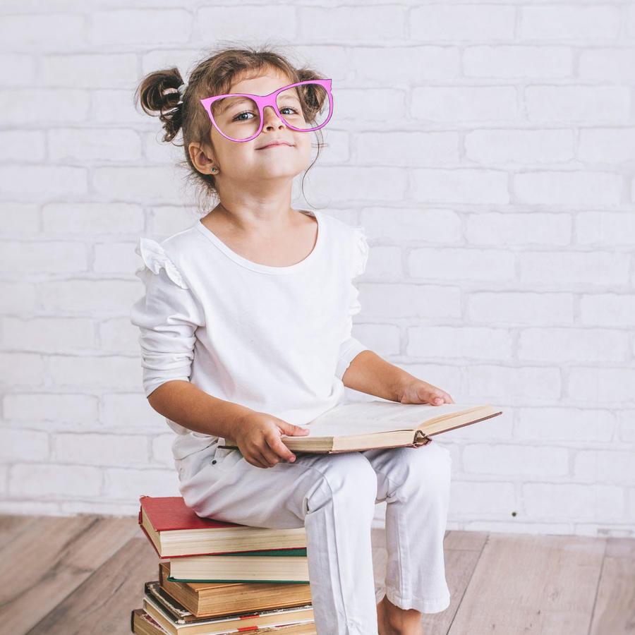 Niña sobre pila de libros