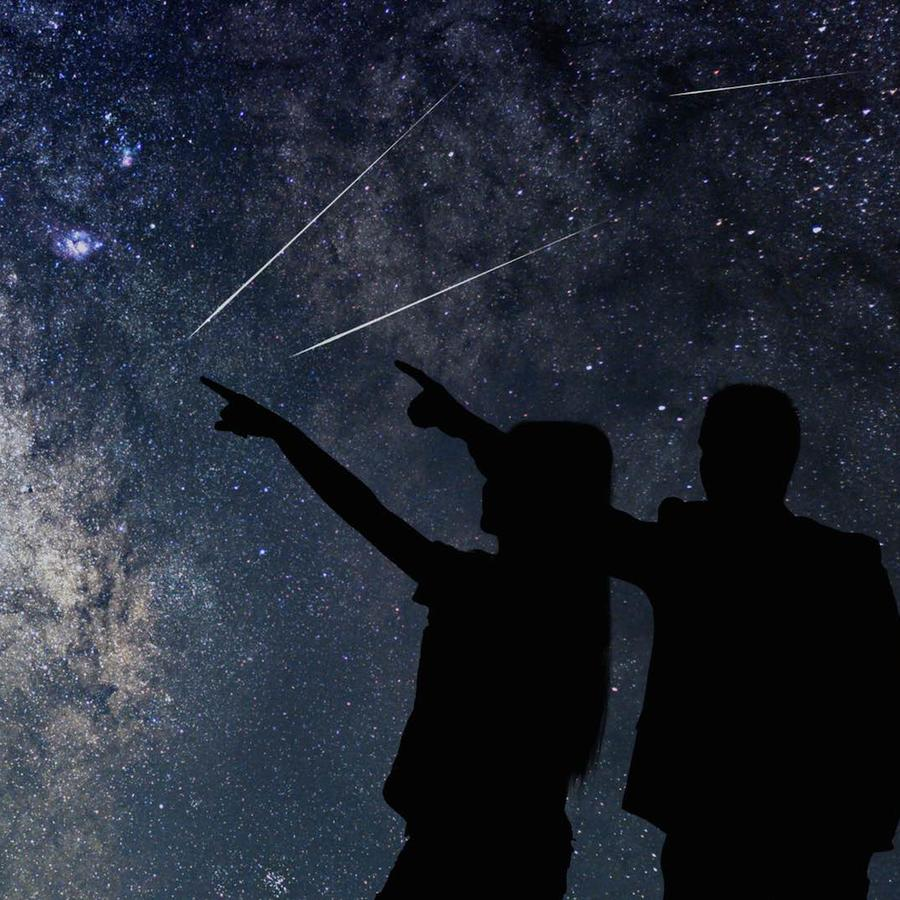 Hombre y mujer viendo el cielo