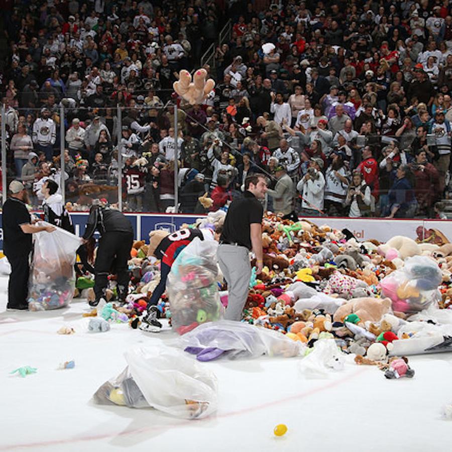Partido de hockey sobre hielo de los contra los Hershey Bears