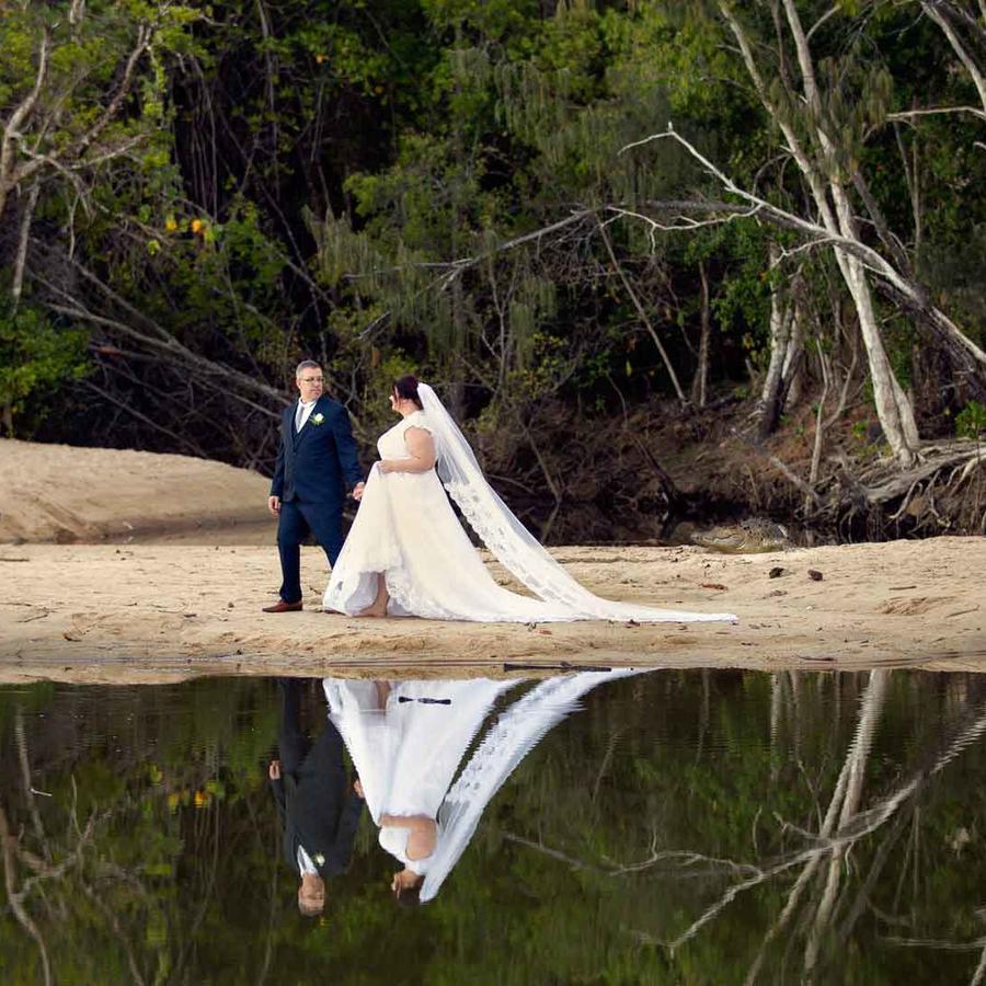 """Un caimán """"posa"""" en foto de boda."""