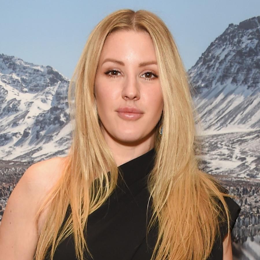 Ellie Goulding posando delante de montañas blancas