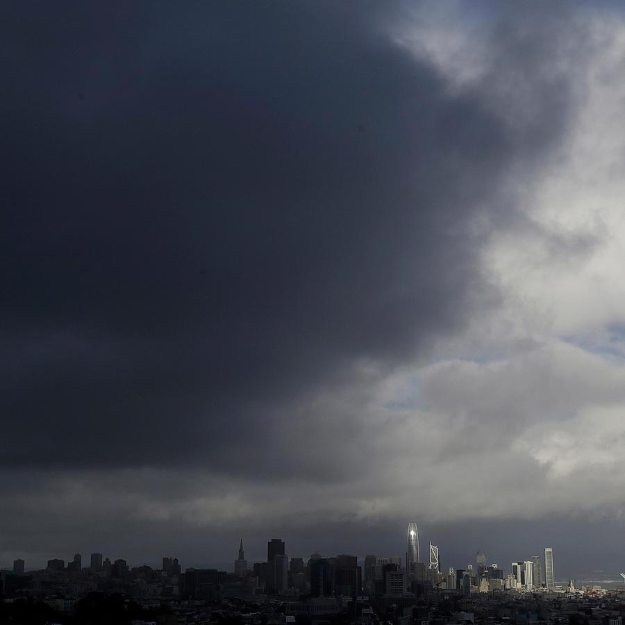 Una fuerte tormenta se cierne sobre la ciudad de San Francisco en una imagen de la semana pasada